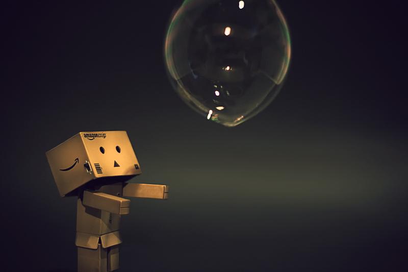 Danbo el muñeco de la caja de Amazon jugando con una burbuja / Burbuja eCommerce